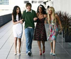 Puzle Troy Bolton (Zac Efron) se svým přítelkyním Gabriella Montez (Vanessa Hudgens), Taylor (Monique Coleman) a Sharpay Evans (Ashley Tisdale)