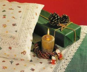 Puzle Vánoční svíčka hoří spolu s dalšími vánoční ozdoby