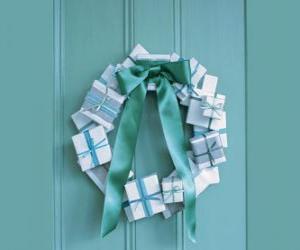 Puzle Vánoční věnec z lepenkových krabic a kravatě