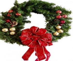 Puzle Vánoční věnec zdobí velkou stuhou a míče