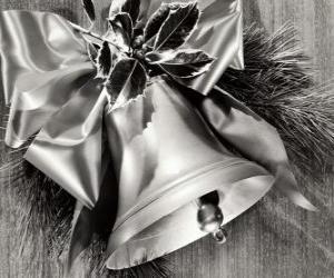 Puzle Vánoční zvonek zdobený listy cesmíny a stuhou s velkou úklonou