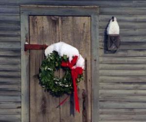 Puzle Věnec vánoční visel ve dveřích domu