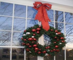 Puzle Velký vánoční věnec zdobí velkou stuhou a cetky