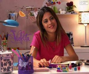 Puzle Violetta u jeho stolu