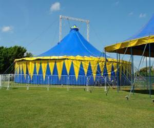 Puzle Vnější pohled na cirkusový stan nebo šapitó připraven pro výkon funkce nebo