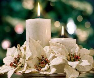 Puzle Vrchol se dvěma svíčkami a bílými květy